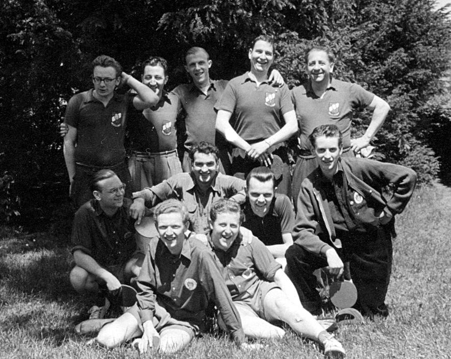 Anno 1954: die 1. Herren der TT-Abteilung des FC St. Pauli (vorne sitzend) beim Freundschaftsspiel in Kronberg im Taunus.